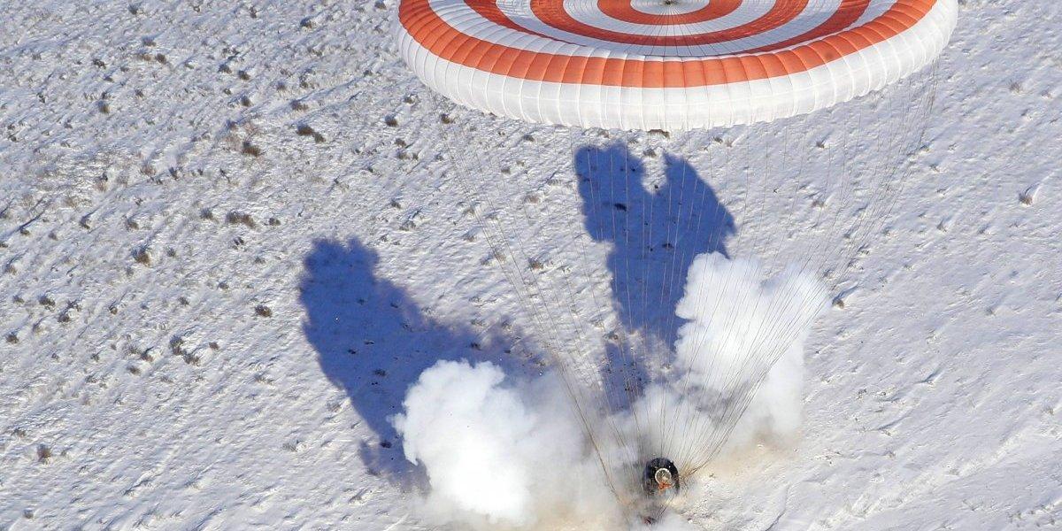 Cápsula con tres astronautas regresa a la Tierra