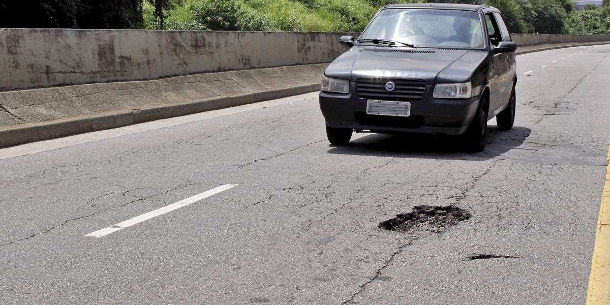 Buracos complicam a vida de motoristas na avenida Guido Aliberti em São Caetano
