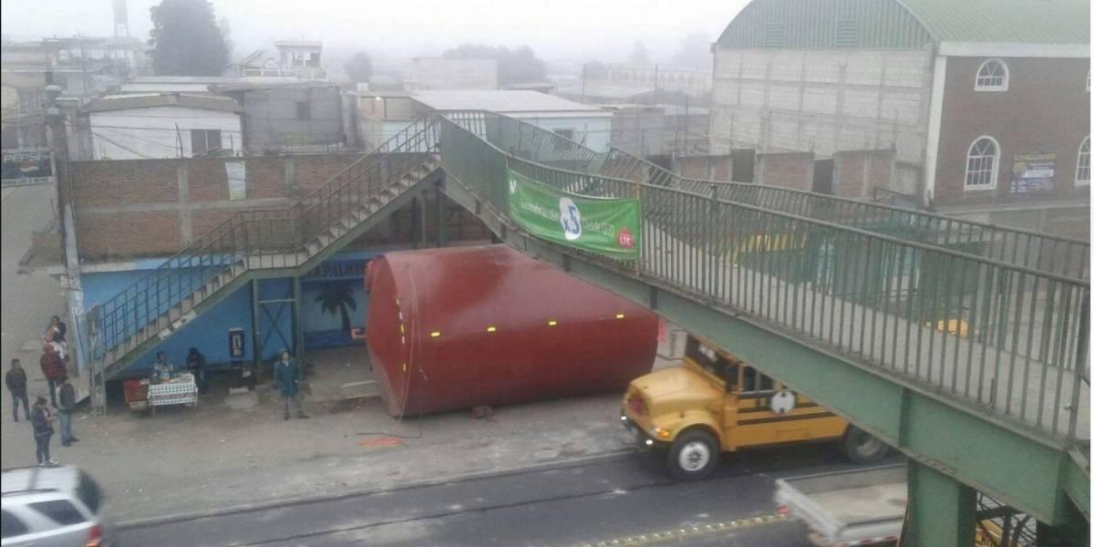 Camión cisterna impacta contra pasarela y las fotos se viralizan en Facebook