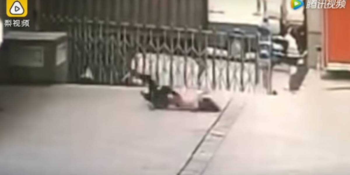Video. Guardia muere al intentar salvar a una mujer suicida