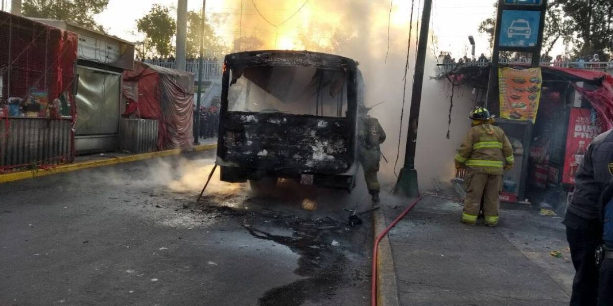 Se incendia microbús en el paradero de Taxqueña