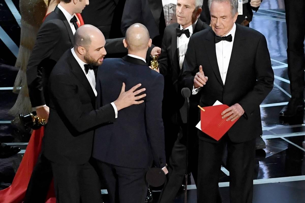 """GAFE DO ANO: cerimônia do Oscar. Um dos momentos mais constrangedores de 2017 ocorreu durante a cerimônia do Oscar quando o ator Warren Beatty anunciou o longa """"La La Land"""" como o filme do ano quando na verdade o vencedor era """"Moonlight"""". Foram milhões e milhões de memes dominando a internet fazendo da situação um dos virais."""