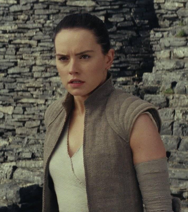 """Rey (Daisy Ridley). O encontro da heroína de """"O Despertar da Força"""" com Luke é também motivado por um desejo pessoal: após descobrir que a Força se faz presente dentro dela de forma intensa, Rey vê no veterano um possível mestre para ensiná-la a entender e controlar suas habilidades contra a Primeira Ordem. O desejo profundo de saber a identidade de seus pais, no entanto, é uma fragilidade que pode enevoar suas boas intenções quando confrontada por Kylo Ren. """"Para ela, tudo é excitante e tem potencial. Ela é otimista e vê o lado bom das pessoas. Acho que agora ela tem a chance de fazer perguntas sobre tudo, sobre a galáxia e o significado do que é bom e mal"""", diz Daisy."""