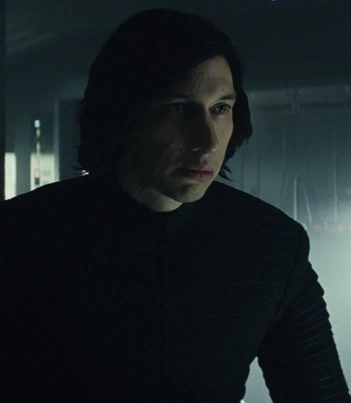 Kylo Ren (Adam Driver). O vilão da nova trilogia está ainda mais perturbado após ter matado o próprio pai, Han Solo (Harrison Ford), no longa anterior. Agora com uma cicatriz no rosto, Kylo Ren – ou Ben Solo – ainda é o soldado mais poderoso do líder supremo Snoke. Mas, assim como Rey, ele se questiona sobre qual é seu lugar no mundo, dado que a Força também age nele de modo avassalador. Esses pontos em comum criam uma estranha e poderosa conexão entre os dois personagens.