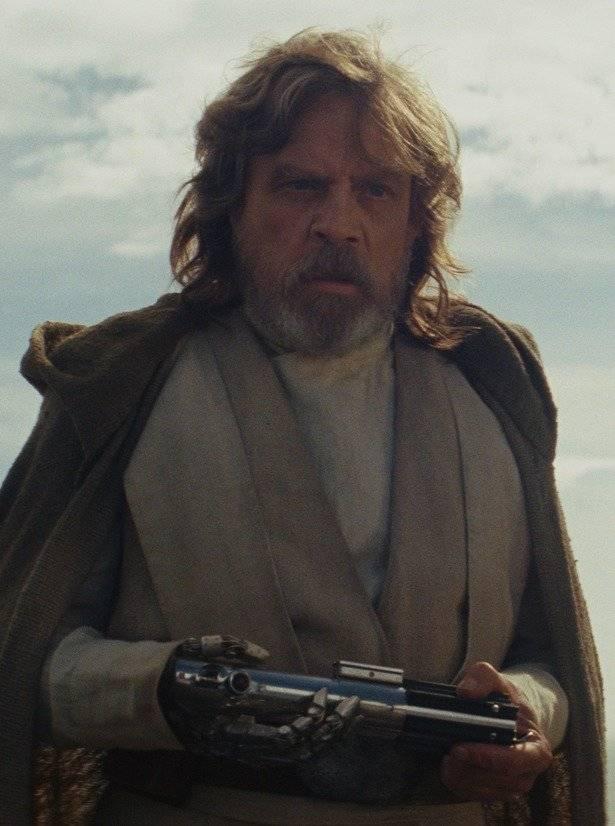 """Luke Skywalker (Mark Hamill). Quem sentiu falta do herói da trilogia clássica em 'O Despertar da Força' (2015) vai vê-lo agora como centro da narrativa. Isolado em uma ilha após a aparente extinção da Ordem Jedi, ele tem sua paz perturbada por Rey, que busca resgatá-lo como forma de devolver alguma esperança para uma Resistência cada vez mais enfraquecida. Isso significa reavivar feridas ainda não cicatrizadas do passado, já que ele precisa ter um acerto de contas com Kylo Ren ao mesmo tempo em que estabelece uma relação tensa com Rey. """"Nunca esperei voltar [ao papel]. Tivemos começo, meio e fim, e, como em todo conto de fadas, eles viveram felizes para sempre. Todos os conflitos haviam sido resolvidos. Quando descobrimos que nos queriam de volta, senti um misto de satisfação com puro terror"""", afirma o ator."""