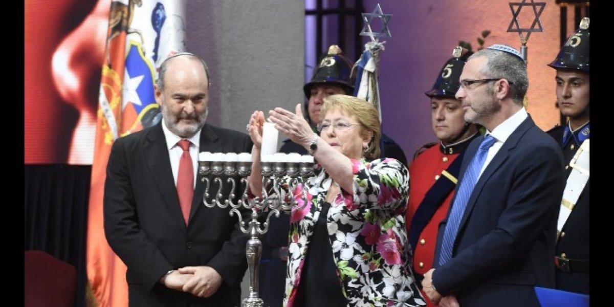 """Bachelet encabeza ceremonia judía en La Moneda: """"A menos de 48 horas de la elección, que este candelabro ilumine el presente y futuro de Chile"""""""
