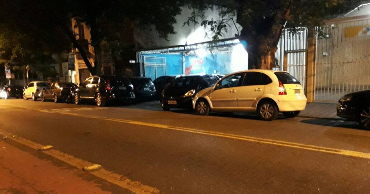 Estacionamento em Pinheiros estaciona carros na calçada