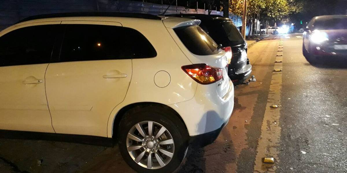 Estacionamento é flagrado parando carros em cima de calçadas e ciclovias