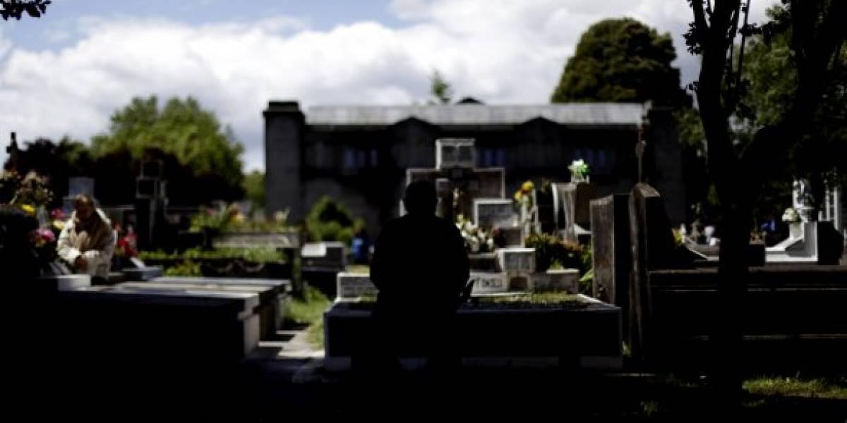 Abuelita fue al cementerio en Copiapó y no podía creer lo que vio: una cama y ropa interior sobre la tumba de su esposo