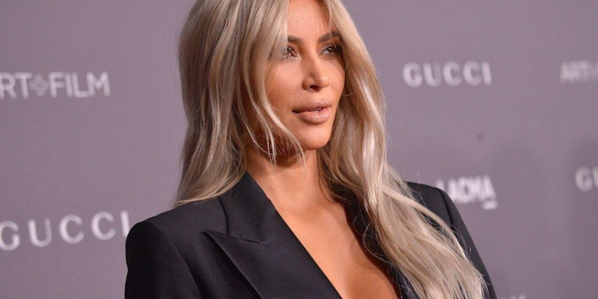 Kim Kardashian expone su derrière al desnudo en un detrás de cámaras