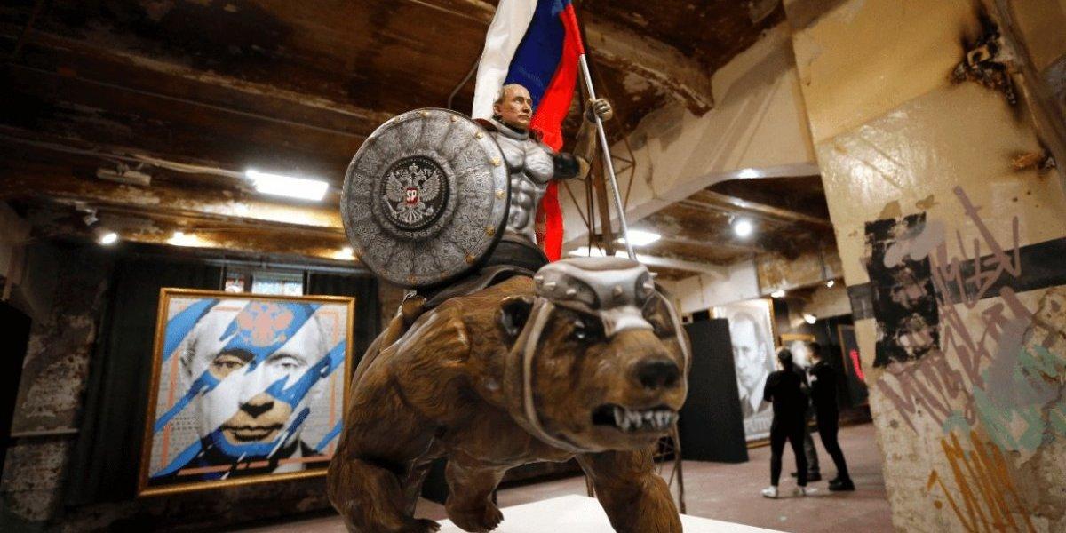 Exposição retrata Vladimir Putin como super-herói; veja