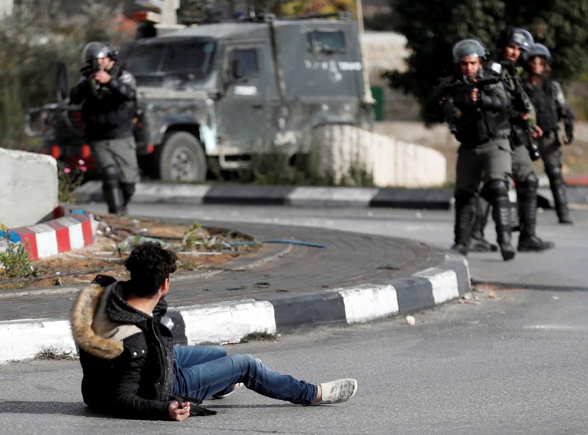 Manifestante cai após ser alvejado por policiais israelenses