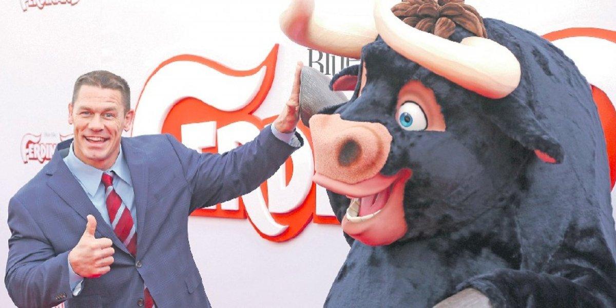 John Cena: El temido luchador se transforma en un afectuoso toro