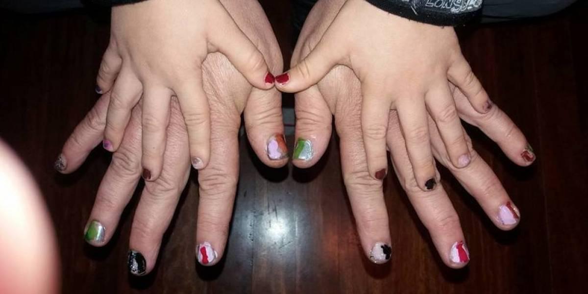 Este padre se pinta las uñas para demostrarle su amor a su hijo