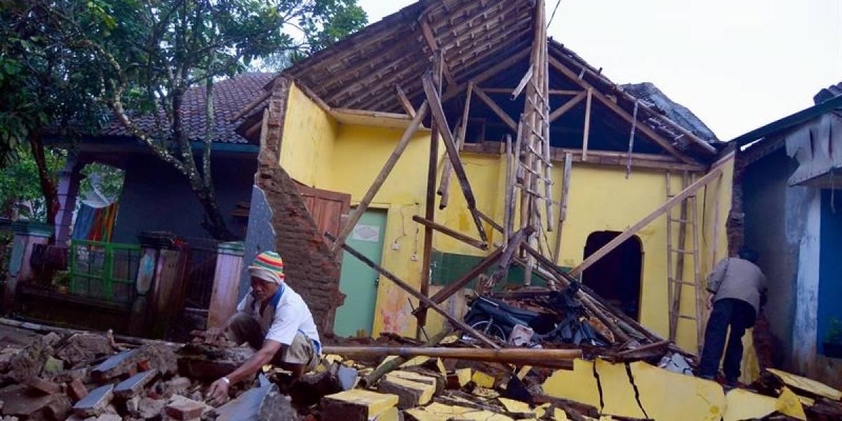 Tres muertos, cerca de mil edificios dañados y más de 15 réplicas tras terremoto que golpeó al corazón de Indonesia