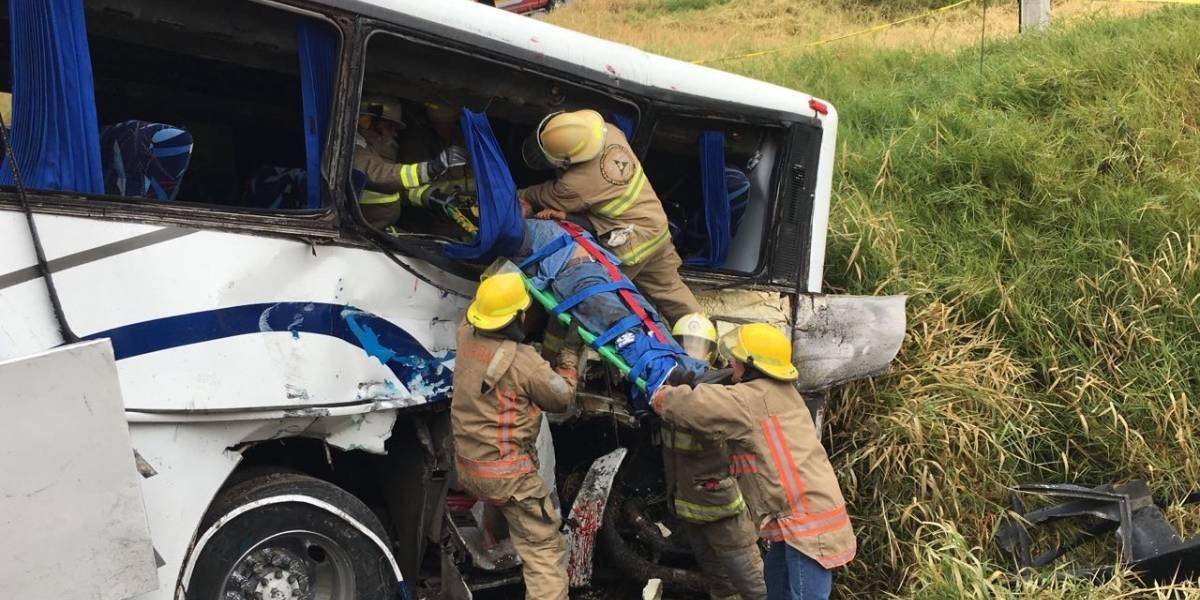 Aumenta a tres las víctimas fatales de choque de tren contra autobús