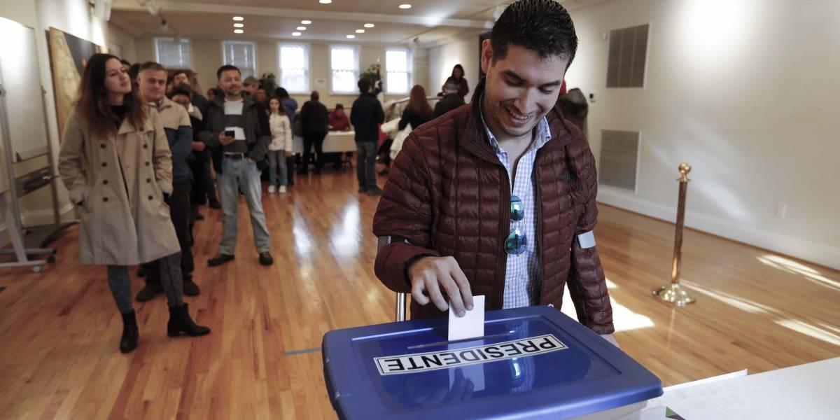 """La travesía de los chilenos para votar en el extranjero: planificación, 600 kilómetros e interminables horas para """"marcar"""""""