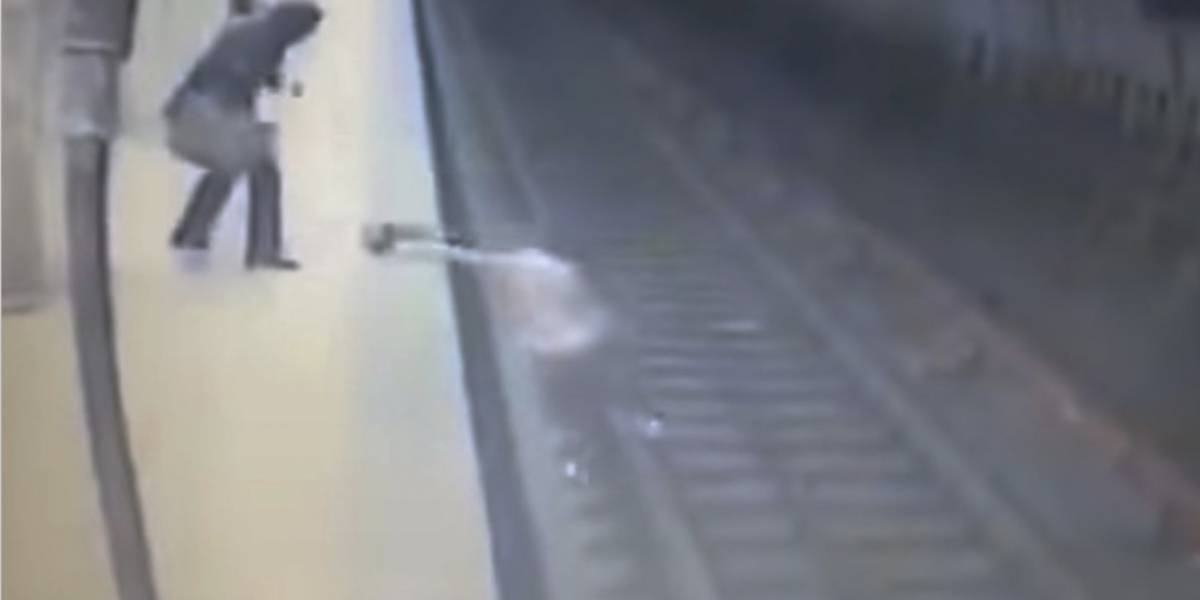 Video capta el momento en que una mujer es lanzada a las vías del tren