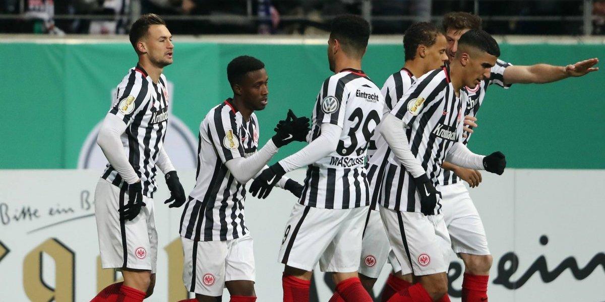 Con Salcedo en el campo, Eintracht Frankfurt perdió puntos