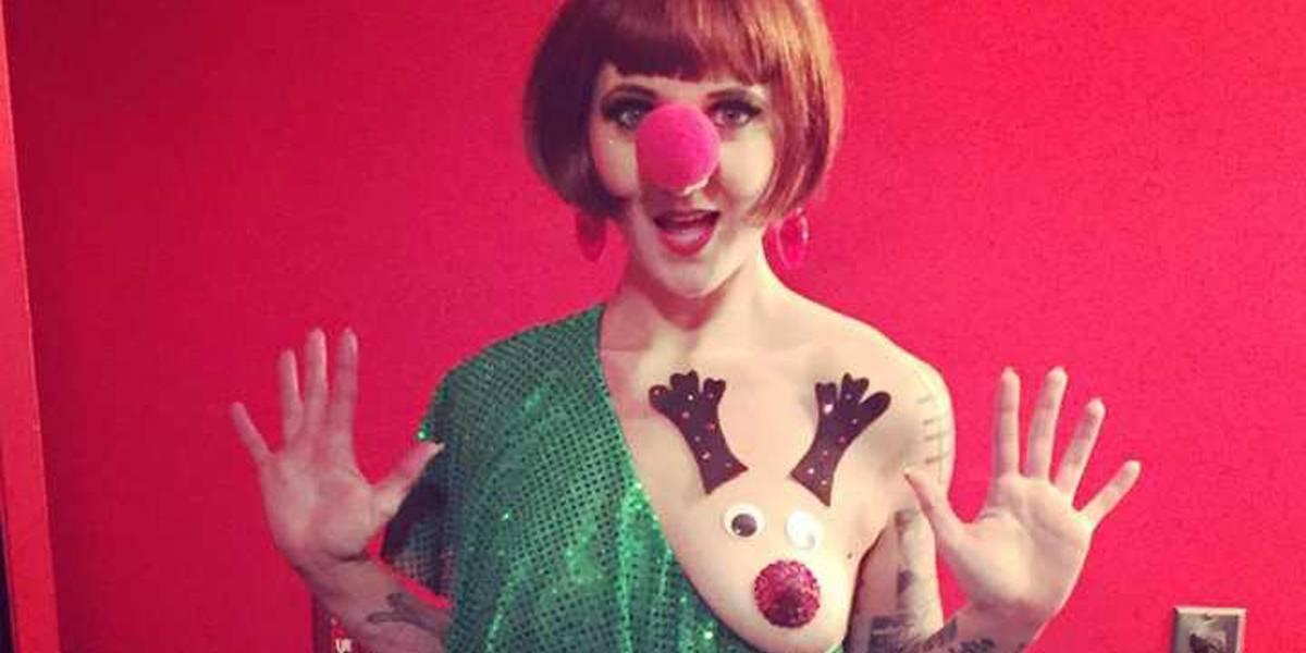 Vestir os seios como se fossem renas do Papai Noel é tendência para o Natal
