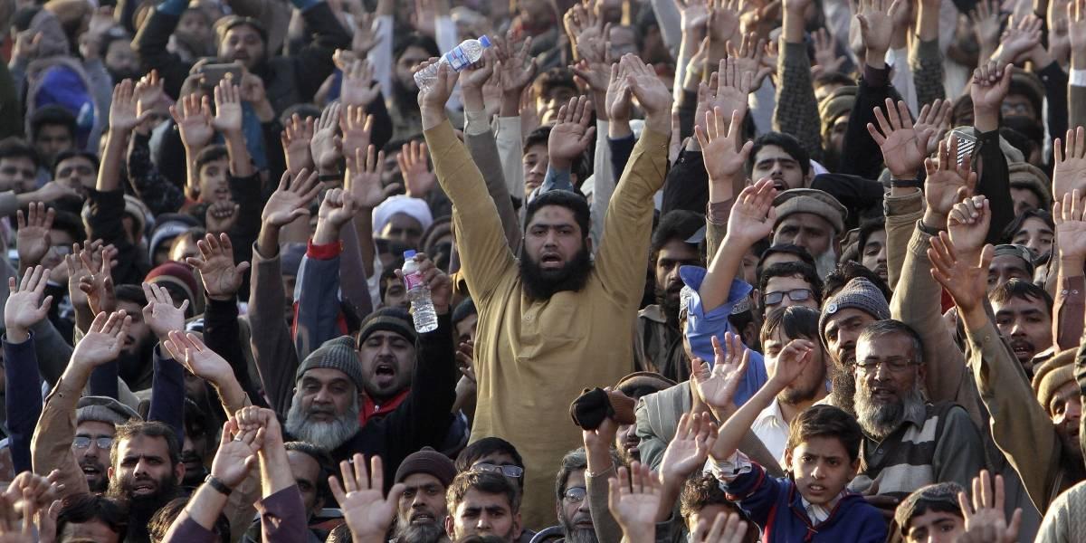Miles marchan en Pakistán contra Trump