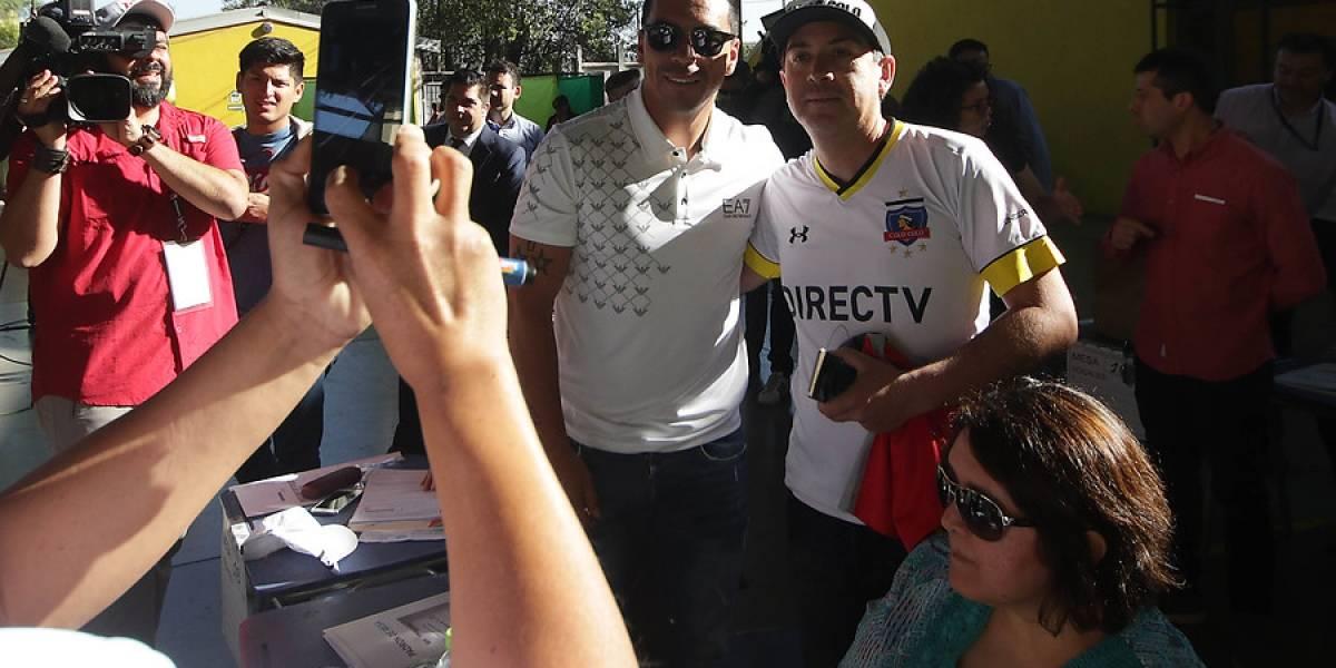 Hasta un niño con camiseta de la UC: Paredes desata la euforia y se arman largas filas para sacarse selfies con el delantero