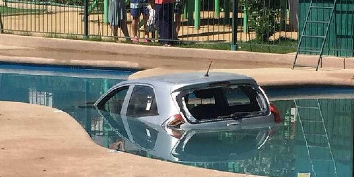 ¿Le dio calor al automóvil y se lanzó a la piscina?: así fue el insólito error de conductora en un condominio de Valparaíso