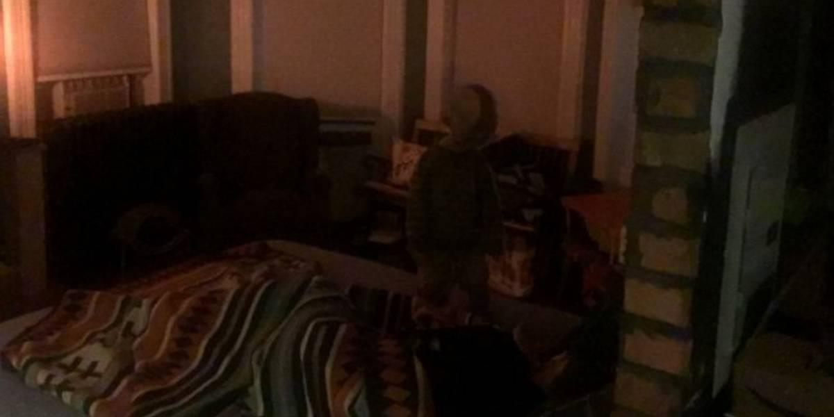 """¡Terrorífico! Hombre fotografió el """"fantasma"""" de un niño en su cuarto mientras dormía"""