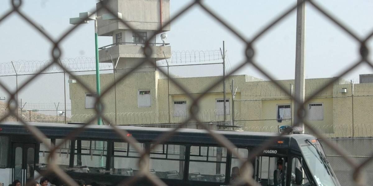 Asesinan a dos reos en penal de Chiconautla, presuntamente por no pagar extorsión