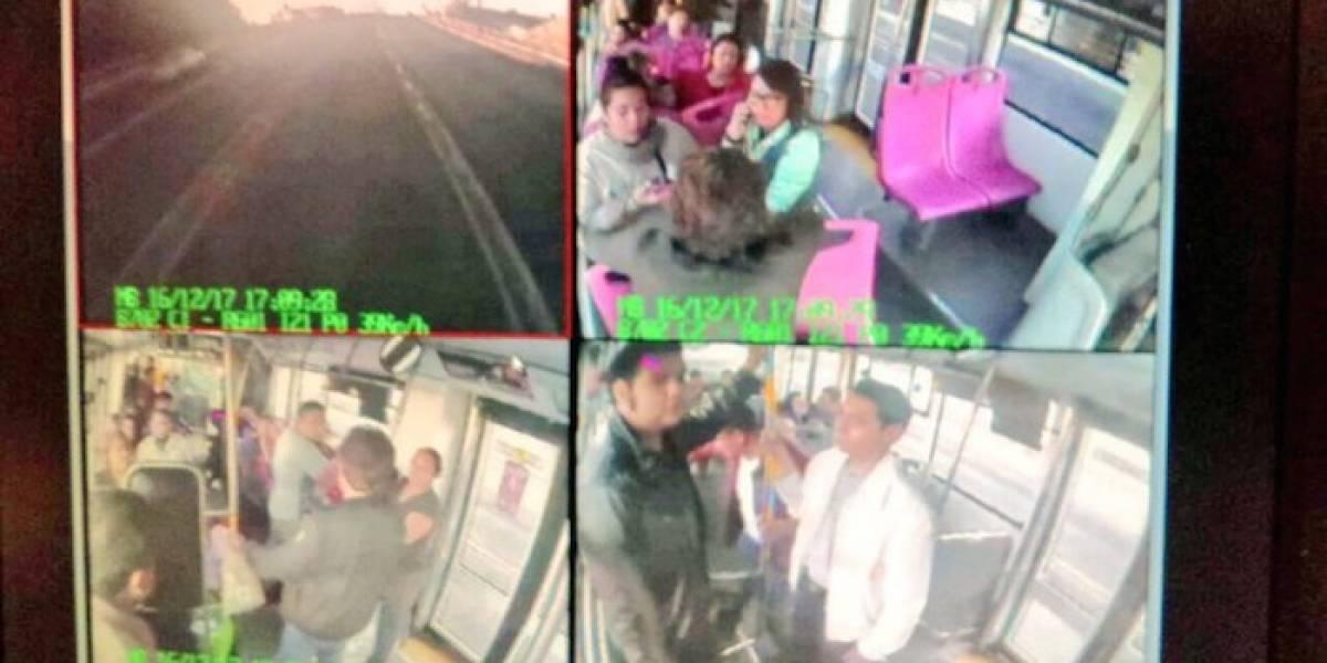 Sujetos armados suben a Metrobús y asaltan a pasajeros