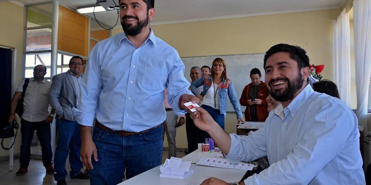 """Pese a """"Ley Seca"""" en Talcahuano vieron doble: alcalde fue a votar y se encontró con su hermano gemelo como vocal de mesa"""