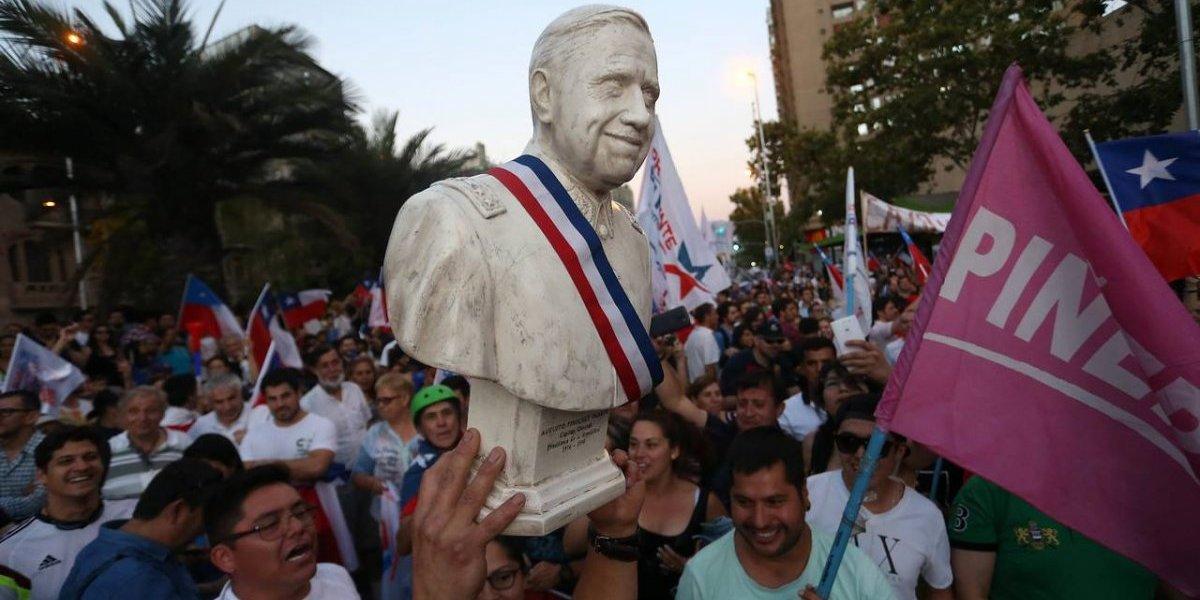 Festejan triunfo de Piñera con busto de Augusto Pinochet