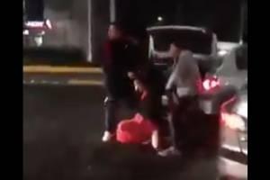 VIDEO: Por celos, intenta encajuelar a su ex novia frente a bar en Querétaro