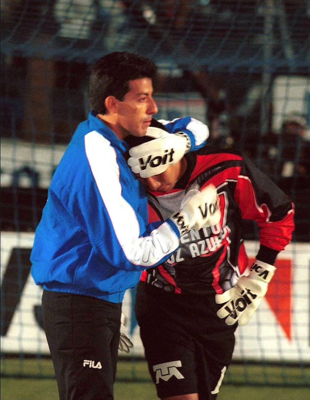 Pérez llora desconsolado tras caer en la final del Invierno 1999 ante Pachuca. / Mexsport