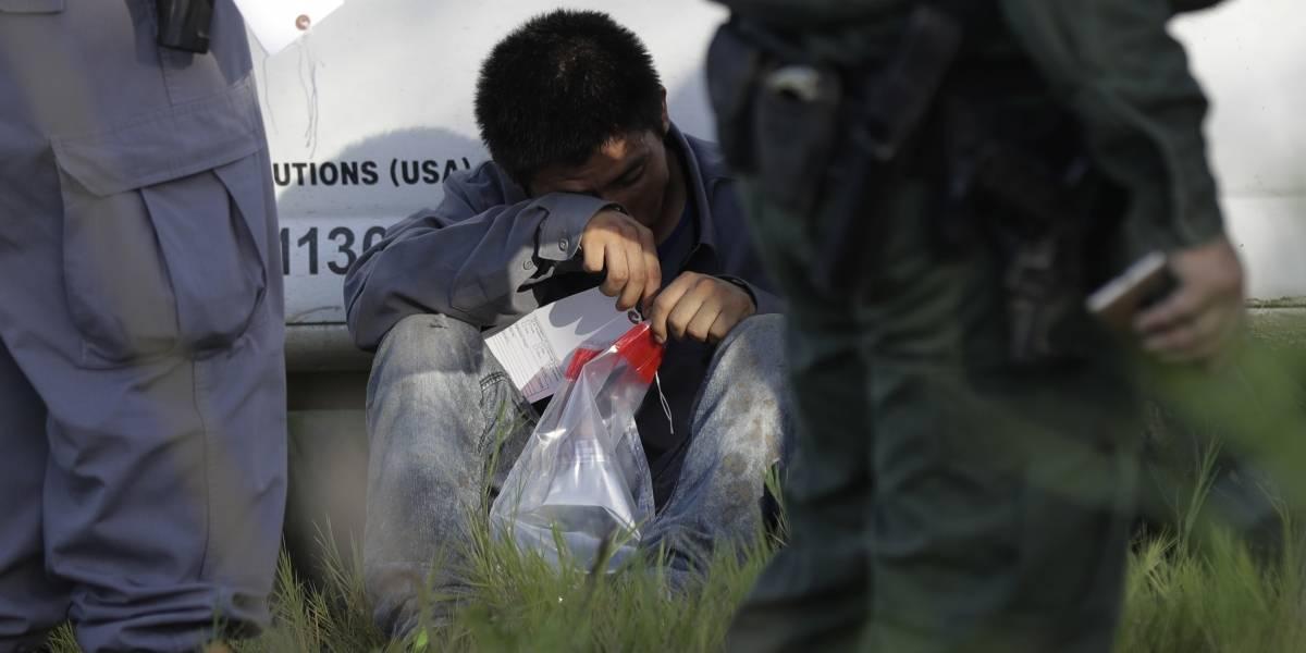 Autoridades estadounidenses detienen a 44 inmigrantes en dos tráileres en Texas