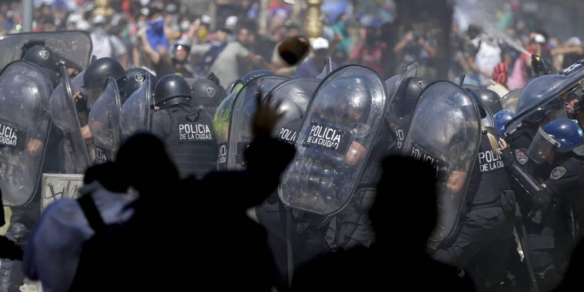 Batalla campal en las cercanías del Congreso argentino por polémica reforma previsional de Macri
