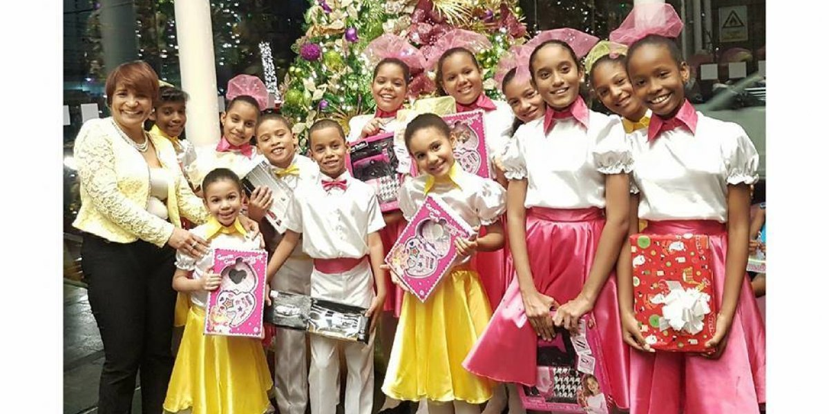 Con música de Navidad agasajan niñas del Hogar Madelaes