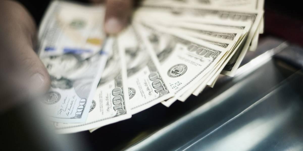 Dólar vive jornada negativa y se desploma a nivel no visto desde 2014