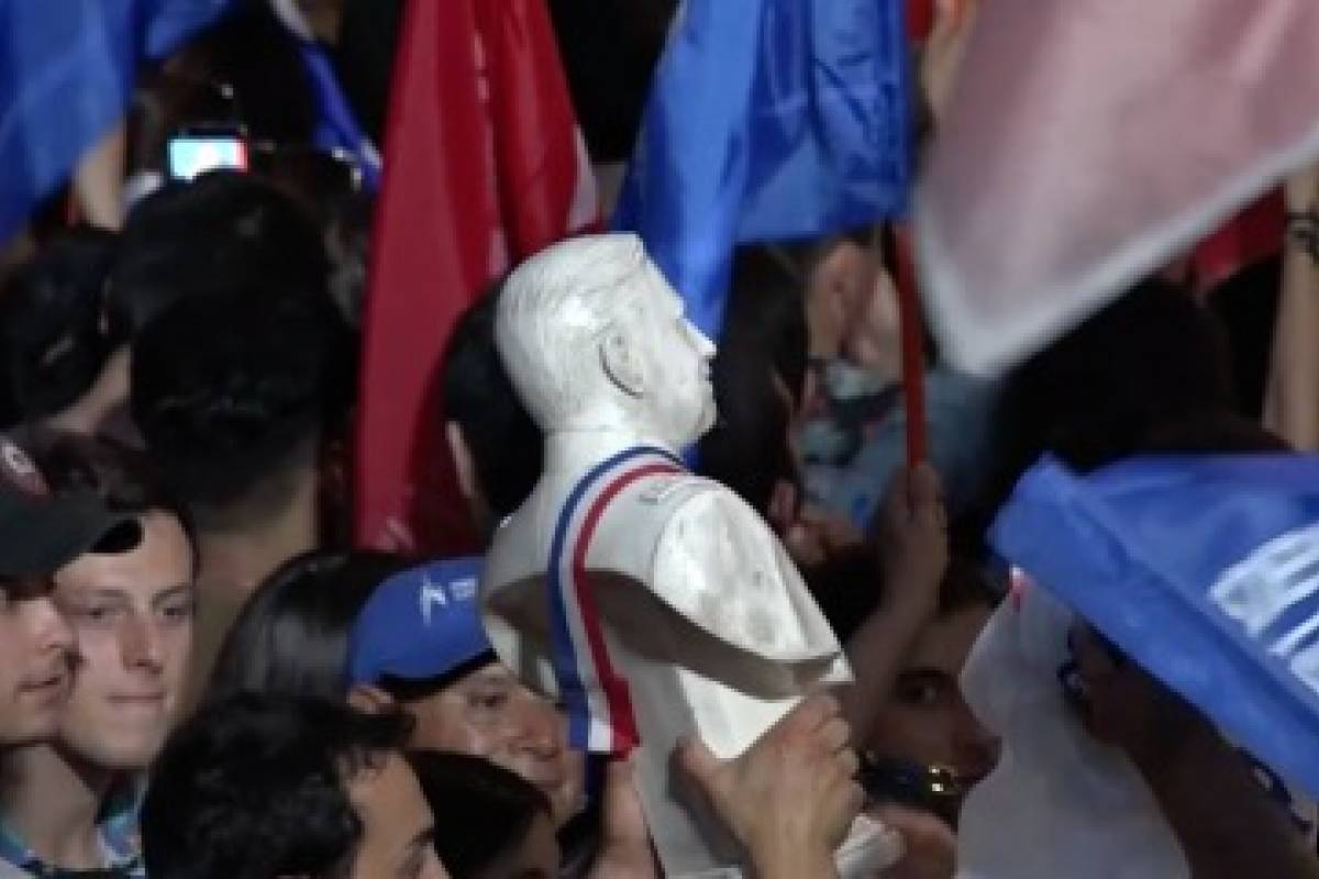 Chile: Festejan triunfo de Piñera con busto de Augusto Pinochet [FOTOS]