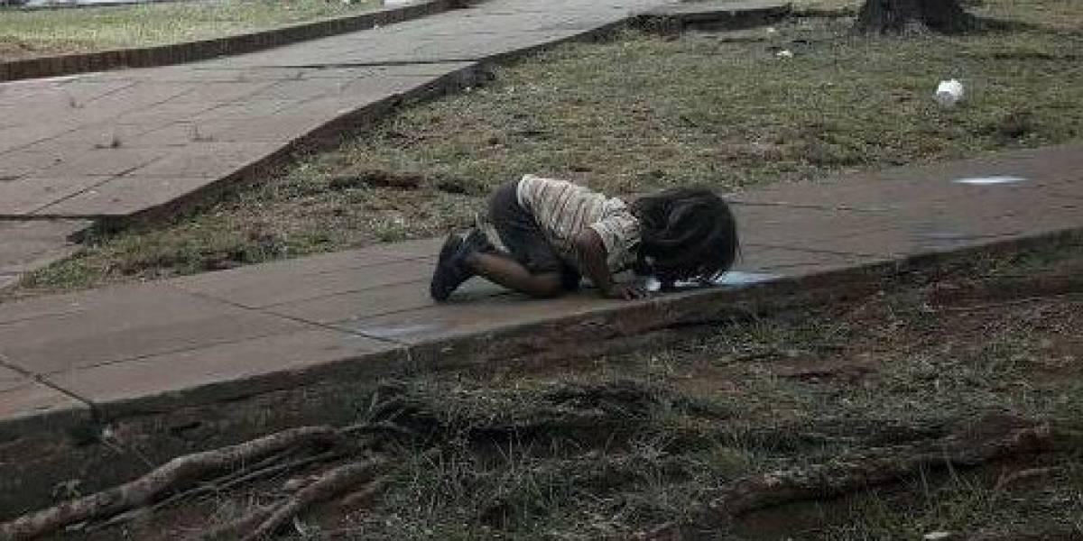 Foto de niña que trata de tomar agua conmociona a Argentina