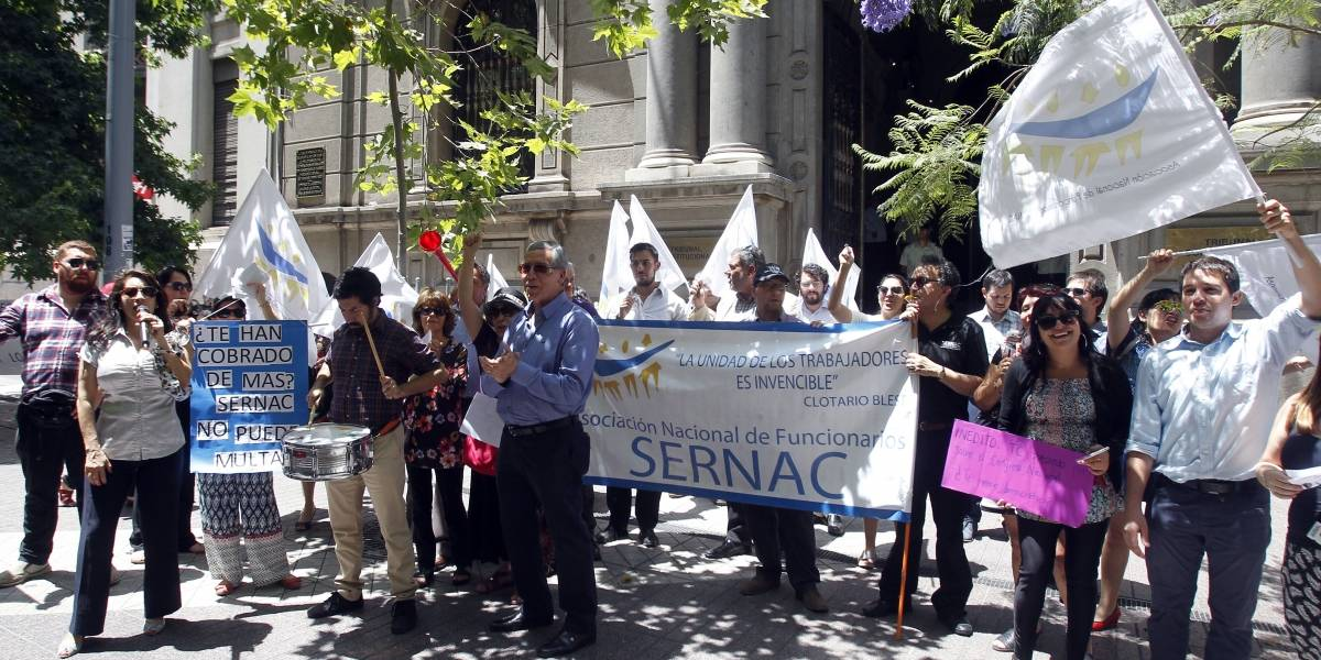 Trabajadores del Sernac protestan ante eventual fallo del TC que quitaría atribuciones de nueva ley