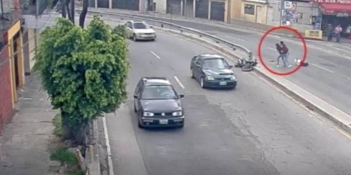 VIDEO. Motorista y acompañante viajan sin casco, pierden el control y salen volando al otro carril