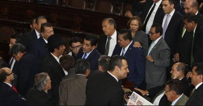El presidente en varias sesiones convocó a los jefes de bloque al centro del pleno para consensuar la votación.