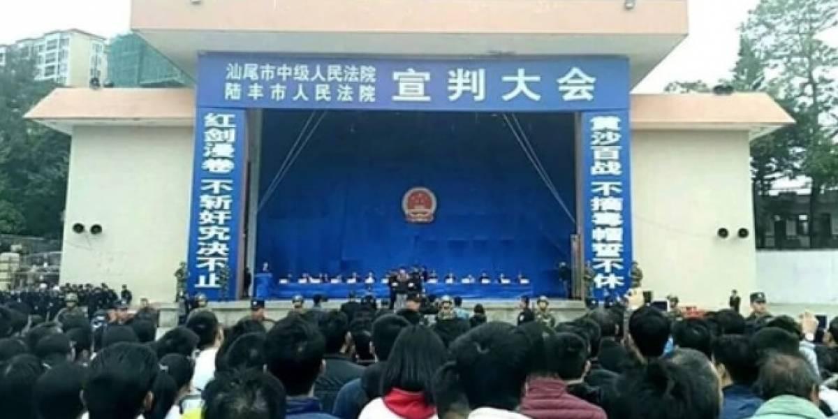 """Hasta pancartas había: Chinos llenaron un estadio para """"disfrutar"""" de la ejecución de 10 personas condenadas por narcotráfico"""
