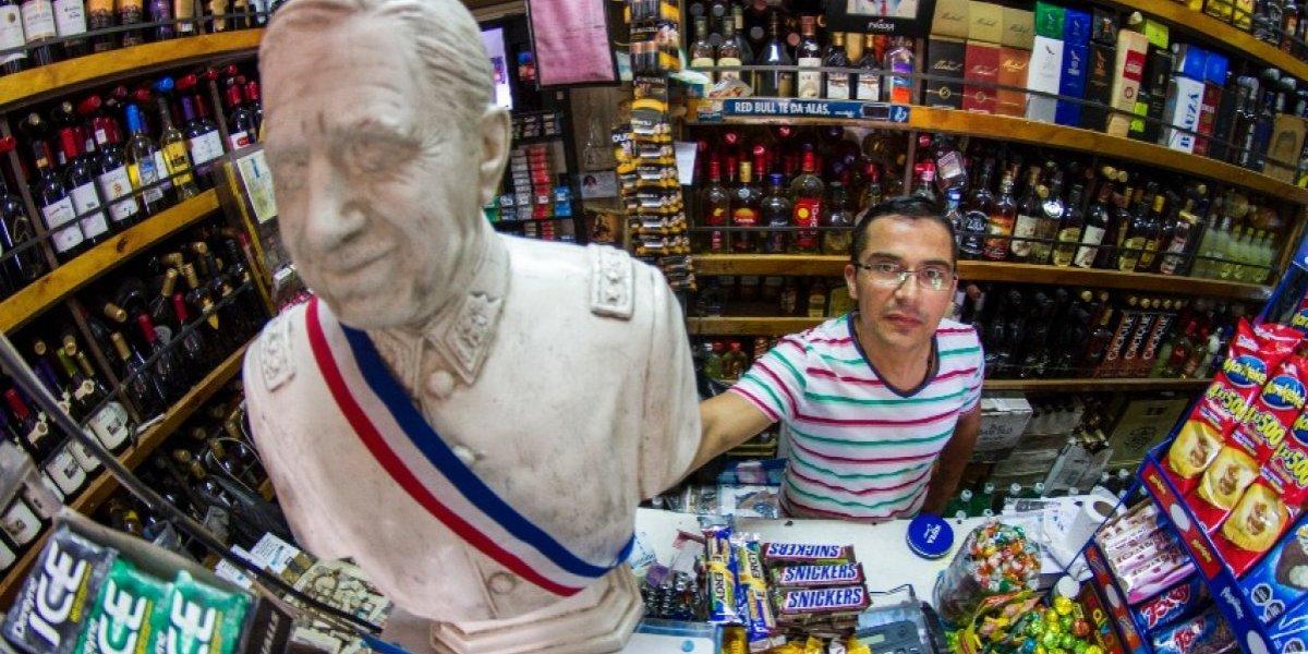 """Botillero que levantó la imagen de Pinochet en la celebración de Piñera: """"A veces me gritan el pinochetista cu..."""""""