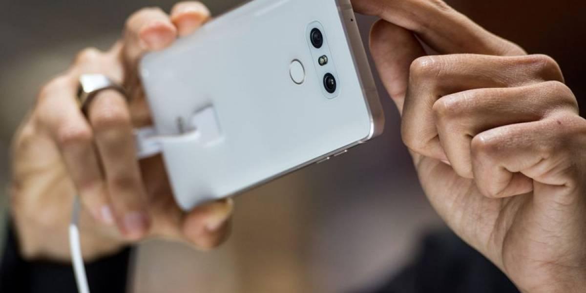 Un adelantado a la época: la foto viral que muestra la mejor técnica para ver series en el celular sin usar las manos