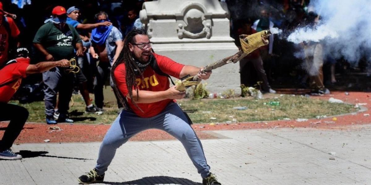 """Sebastián Romero: el ex precandidato argentino que sorprendió disparando un """"mortero"""" casero contra la policía"""