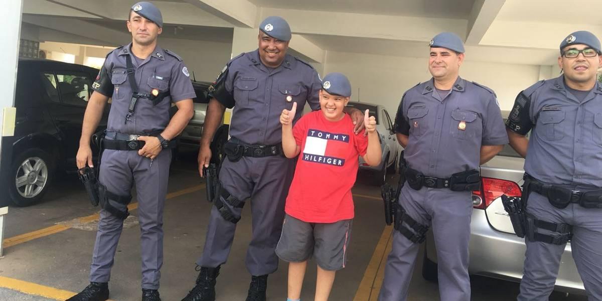 Papai Noel atende pedido de menino que queria conhecer a Polícia Militar