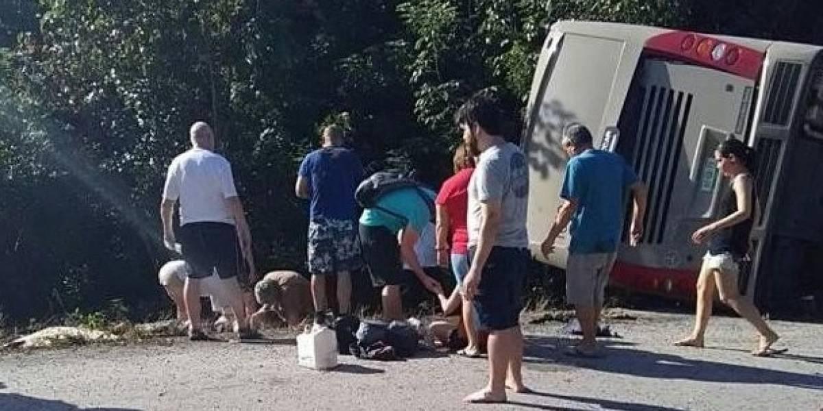 12 muertos al volcar autobús turístico en México
