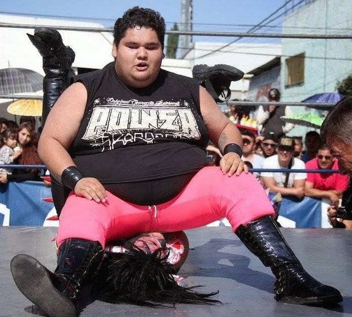 NIÑO HAMBURGUESA: Es actualmente el gladiador más pesado de la lucha libre mexicana con 101 kgs. Trabaja para la empresa AAA y cada que sale al cuadrilátero, la afición se le entrega.